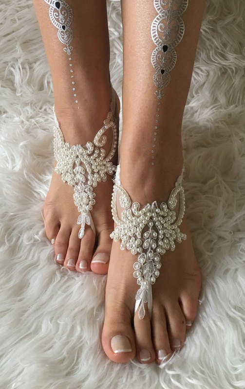 Mariage - Ivory pearl lace barefoot sandals, FREE SHIP, beach wedding barefoot sandals, belly dance, lace shoes, bridesmaid gift, beach shoes