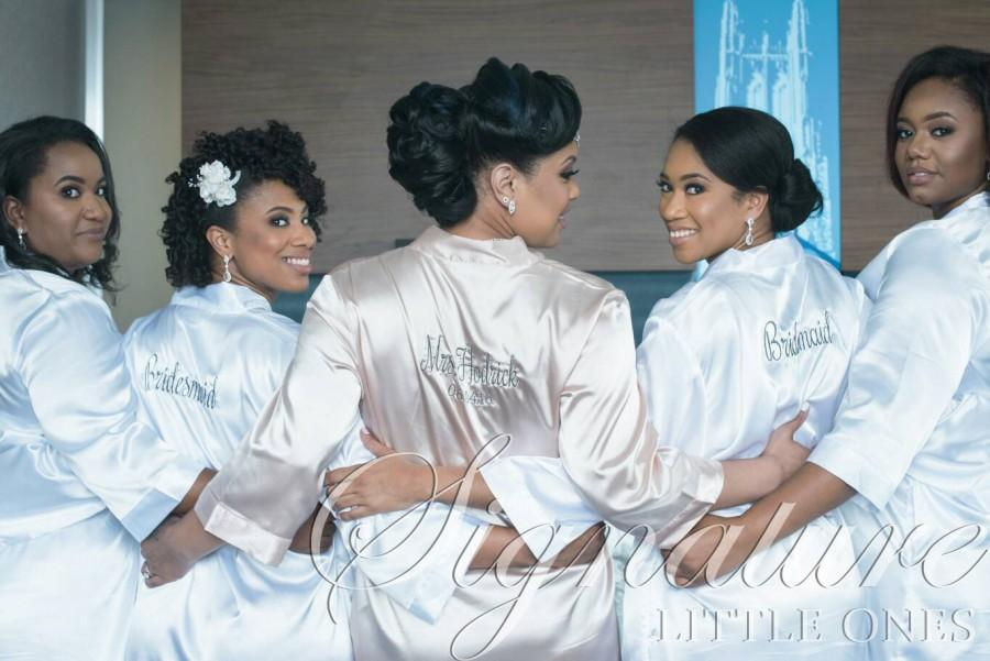 Mariage - Set of 5 SATIN Bridesmaid Robes Silk Bridal Party Robe Gift Shower ~ Monogrammed Personalized~ White ~ Pink ~ Black ~ Hot Pink ~ Lavender