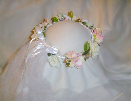 Mariage - Laurie- Soft light colors mix with Natural Seashells, with a white Veil attached at back perfect for Beach Weddings