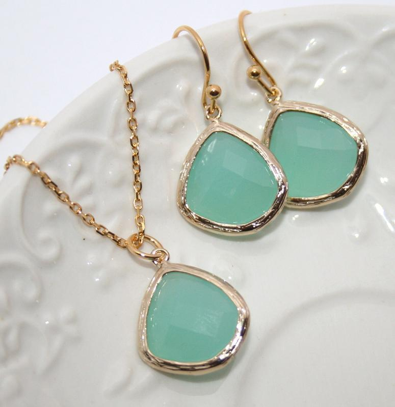 Mariage - Mint Drop Jewelry Set in Gold, Bridesmaids favors, Mint Opal Gold bezel set Pear shape Necklace and Earrings -Bridal Wedding Jewelry