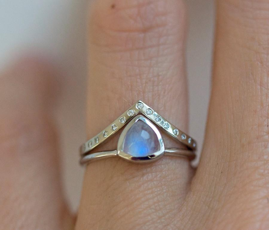 Wedding - Rainbow Moonstone Ring Set, Blue Moonstone Ring, Wedding Ring Set with Moonstone Ring and Diamond V Band, Minimalvs