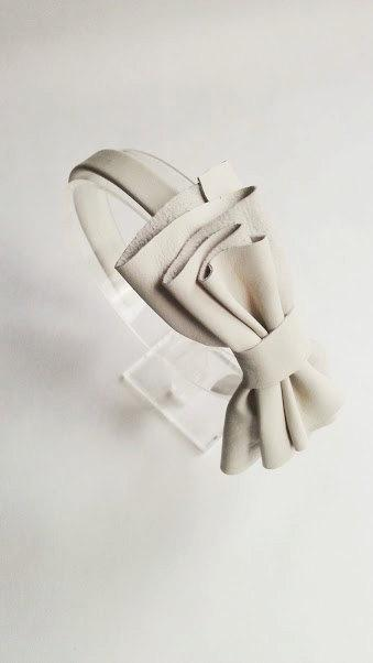 Mariage - White off headband with leather bow, Leather bow, Leather headpiece, Handmade headband, Bridesmaid gift, Hair bow, White bow