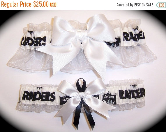 Свадьба - ON SALE Oakland Raiders Wedding Garter Set    Handmade   Keepsake and Toss Bridal wb1