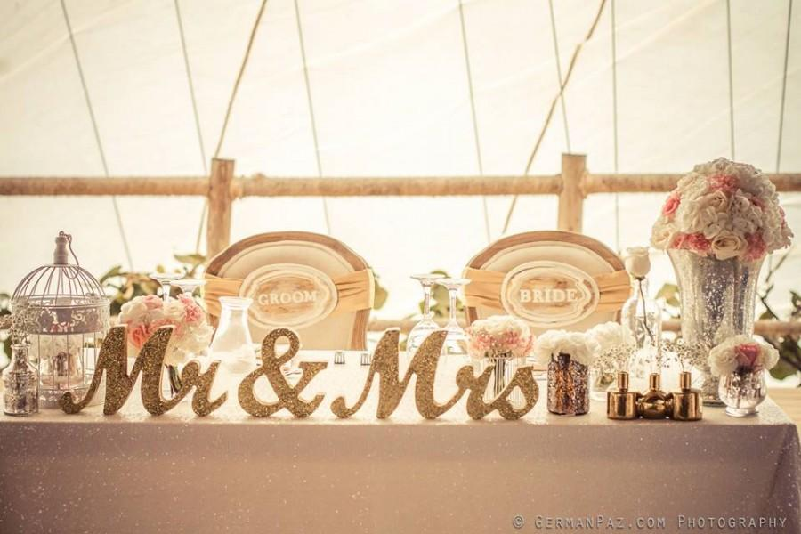 Mariage - Metallic Vintage Gold or Custom Mr and Mrs Sign Wedding Sweetheart Table Decor Mr & Mrs Wooden Letter Standing Wedding Sign (Item - MTS100)