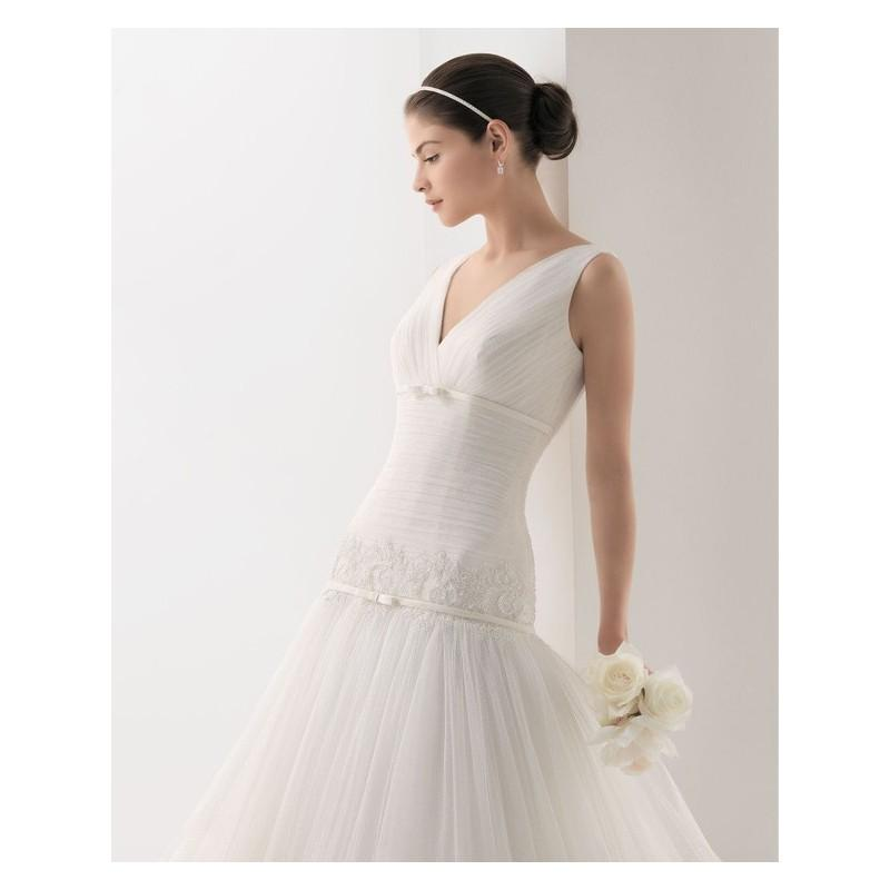 Mariage - 2017 Sexy Ball Gown V-neck Sleeveless Tulle Sweep Train Wedding Dress In Canada Wedding Dress Prices - dressosity.com