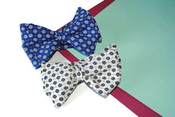 Mariage - Two floral bow ties White blue bowties with daisy pattern Wedding bowtie Gift for men Gifts for brothers Noeud papillons blanc ou bleu vbnyt