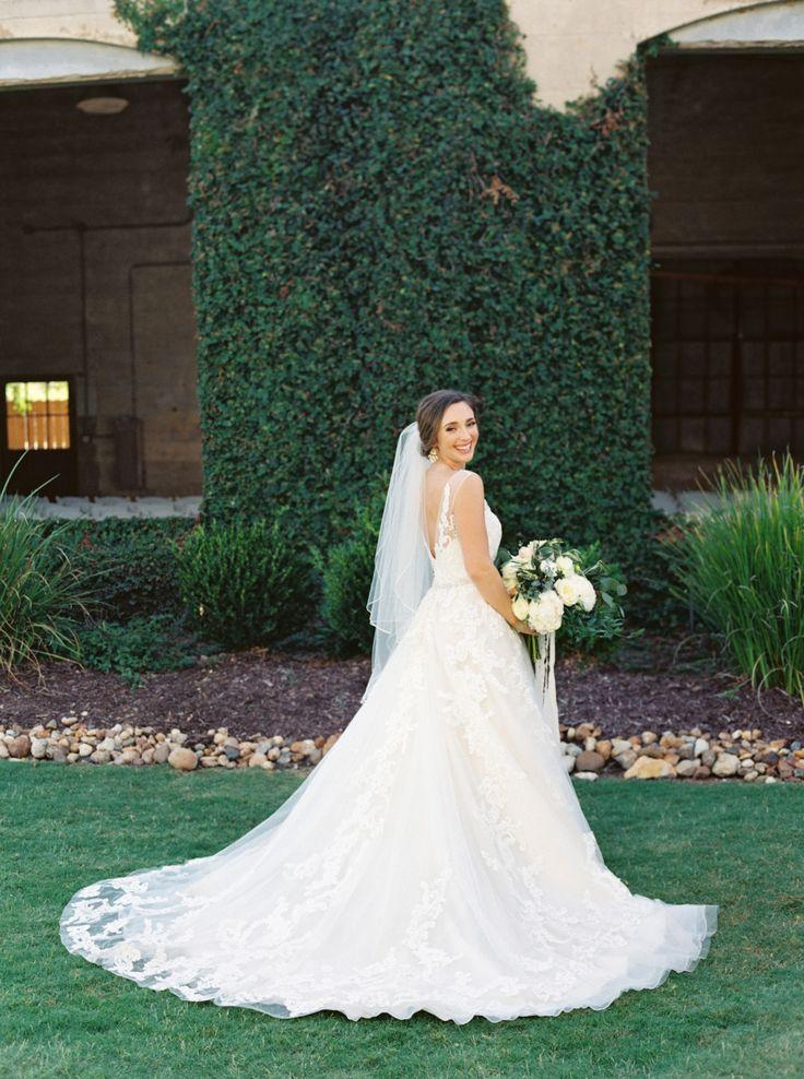 Mariage - How One Bride Styled Her 12 Bridesmaids To Perfecton