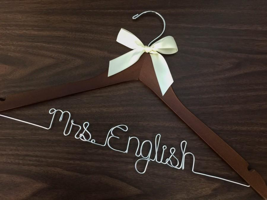 Свадьба - Ships in 1-3 days, Wedding hanger, ships Priority mail in US, wedding photos, bridal, Wire hanger with ribbon, name hanger, bridal hanger,