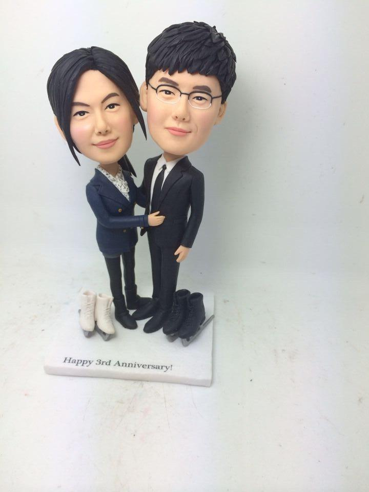 Mariage - Ski Valentine Gift Personalized Bobble Head Clay Figurines Based on Customers' Photo Using As Wedding Cake Topper Valenitne Cake Topper Gift