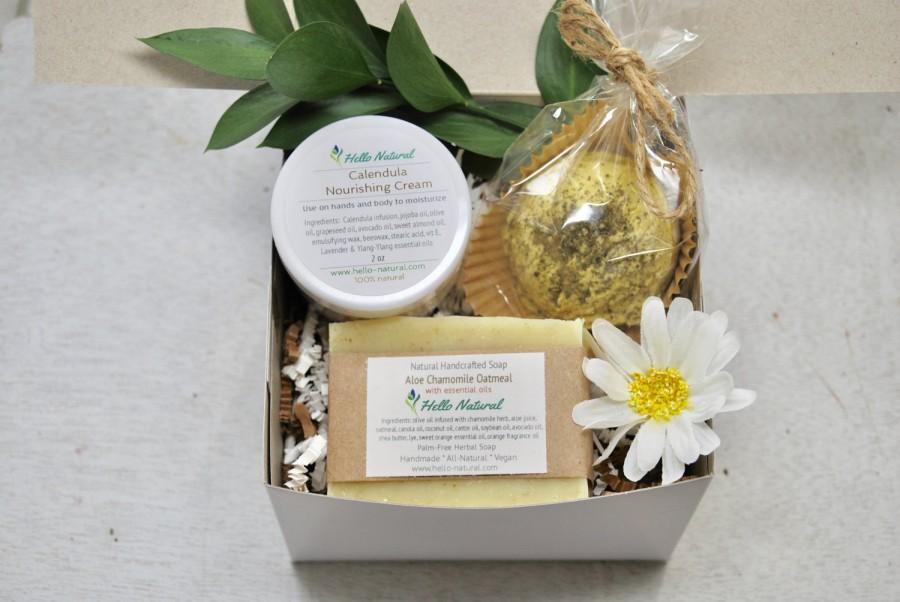 Hochzeit - Bath Gift Set - Natural Soap, Body Cream, Bath Truffle, Lip Balm - Spa Gift Box, Hostess gift, Girlfriend gift, Bridesmaid, gifts under 20