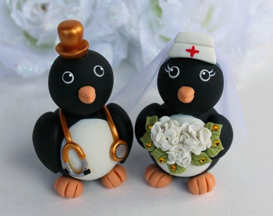 Mariage - Penguin job cake topper for wedding, nurse bride and doctor groom with personalized banner