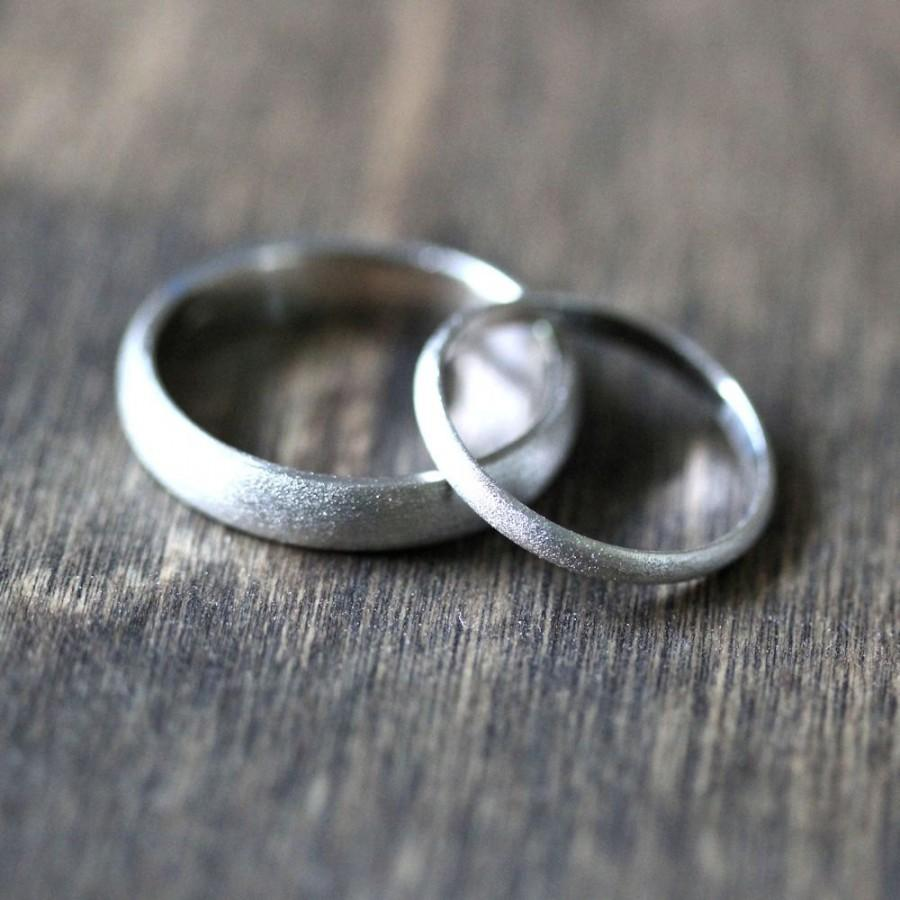 زفاف - White Gold Wedding Set, Brushed Men's and Women's His and Hers 4mm Low Dome Recycled 14k Palladium White Gold Wedding Ring Couple's Set