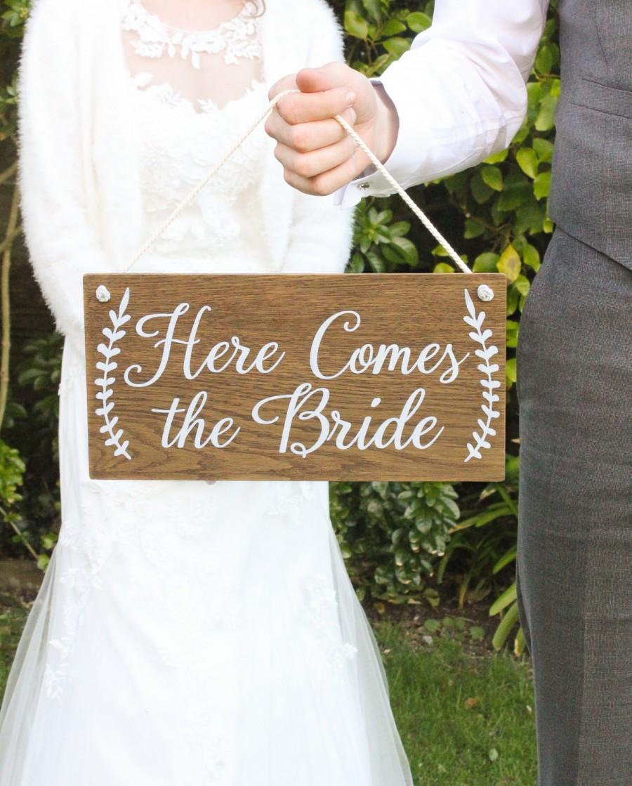Mariage - Here Comes The Bride Sign, Rustic Wooden Wedding Signs,  Wedding Decor, Boho Wedding, Photo Prop Signs, Bridal Gift. Flower Girl Sign
