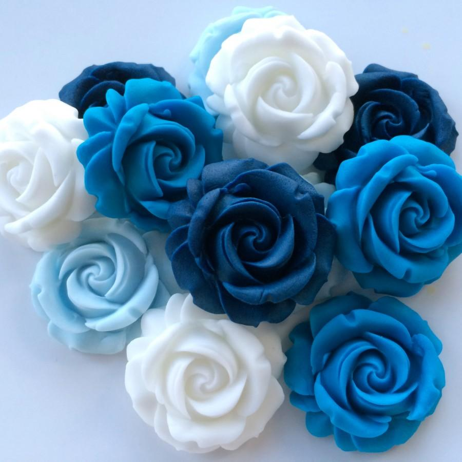 Hochzeit - 12 BLUE & WHITE ROSES edible sugar paste flowers wedding cake cupcake decorations