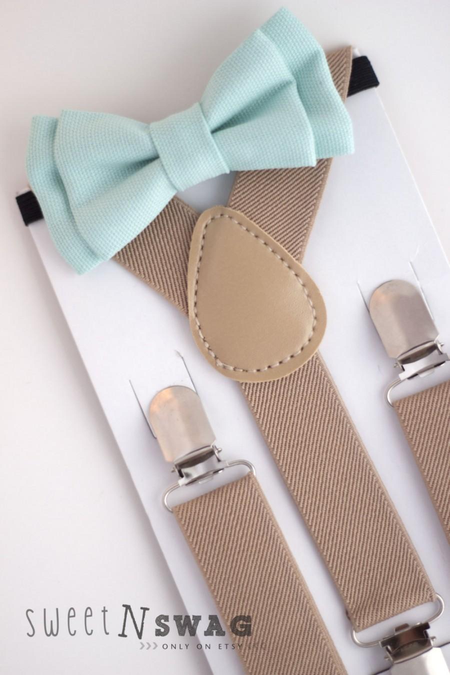 Mariage - SUSPENDER & BOWTIE SET.  Newborn - Adult sizes. Beige / Tan suspenders. Mint Denim bow tie