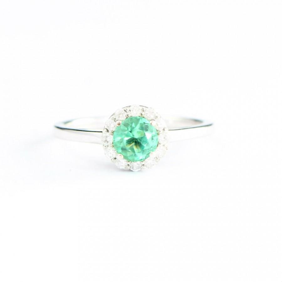 Hochzeit - VVS Emerald and diamond halo engagement ring in 14 carat white gold handmade brand new for her UK