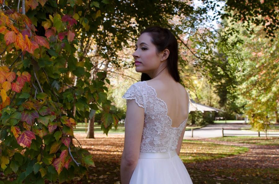 Mariage - Lace wedding dress, wedding dress, bridal gown, cap sleeve V-back re-embroidered lace with tulle skirt.