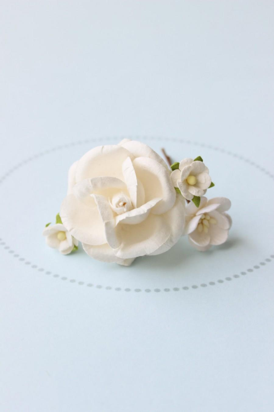 Mariage - MILKGLASS . creamy white flower hair pins . cottage chic paper blossoms