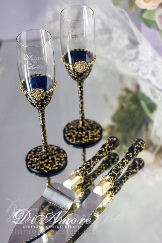 Свадьба - Navy & GoldEngraved Champagne Glasses and Set for CakeGold LaceTable setting from the collection Art DecoCrystalClassic Wedding4pcs