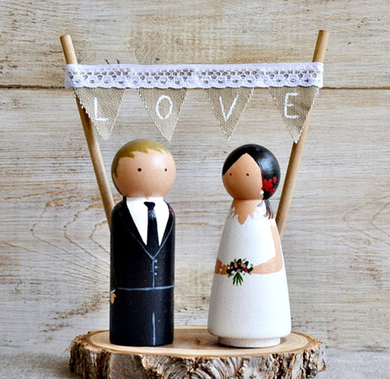 Wedding - Novios Madera Personalizados Pastel Boda. Cake Topper Rústico Personalizado Boda, Figuras novios madera con base rodaja tronco y guirnalda