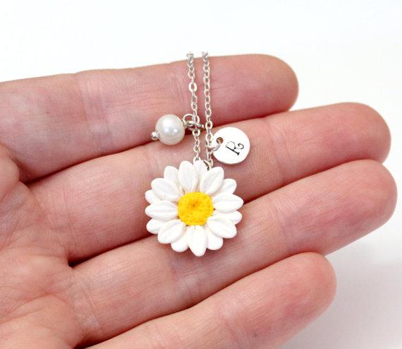زفاف - Daisies White Necklace, White Pendant, Personalized Initial Disc Necklace, Bridesmaid Necklace, White Bridesmaid Jewelry, Daisies Flower