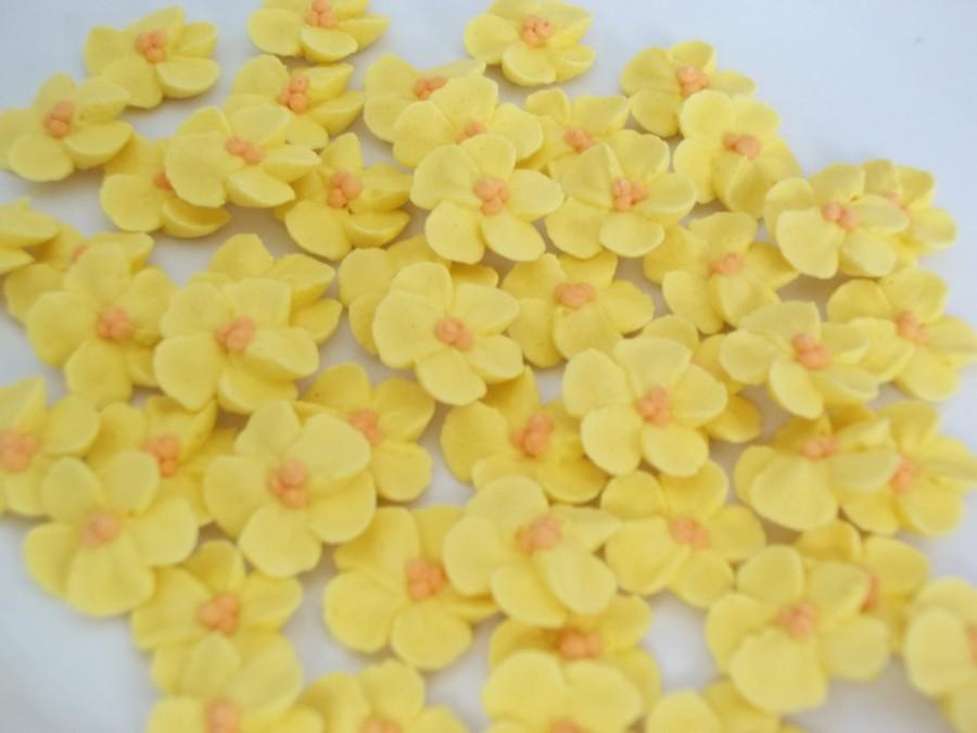 Mariage - Small buttercup yellow royal icing flowers   -- Edible cake decorations cupcake toppers  (24 pieces)