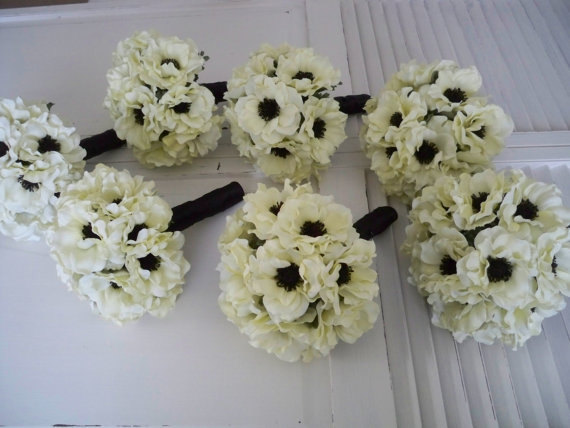 Mariage - Light Ivory Anemone with Inky Black Centers .....14 Piece Silk bridal Bouquet Set  Bridesmaids Wedding Bouquet