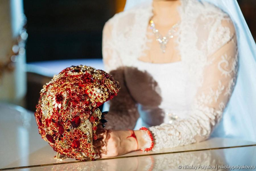 Mariage - Red wedding bouquet, Jewelry bridal bouquet, Gold brooch bouquet, Red flower bouquet, Red cascading bouquet, Crystal bouquet, Red bouquet