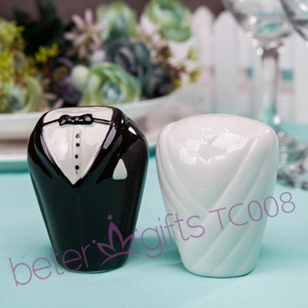 Mariage - Beter Gifts®  Bride Groom Salt and Pepper Shakers set Wedding Favors BETER-TC008