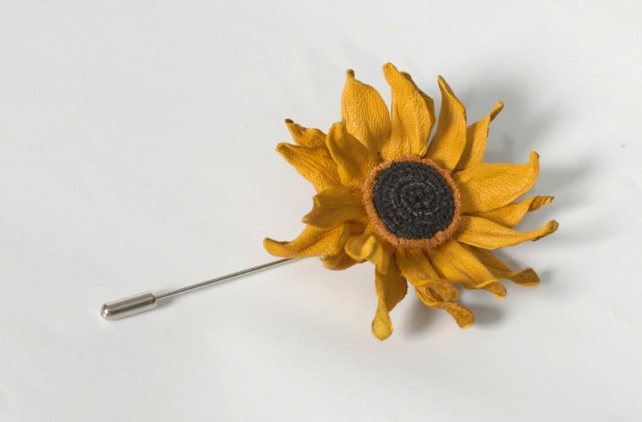 Свадьба - SUNFLOWER LAPEL PIN Sunflower boutonniere yellow leather brooch Yellow flower lapel pin mens lapel Wedding Buttonhole for father of bride