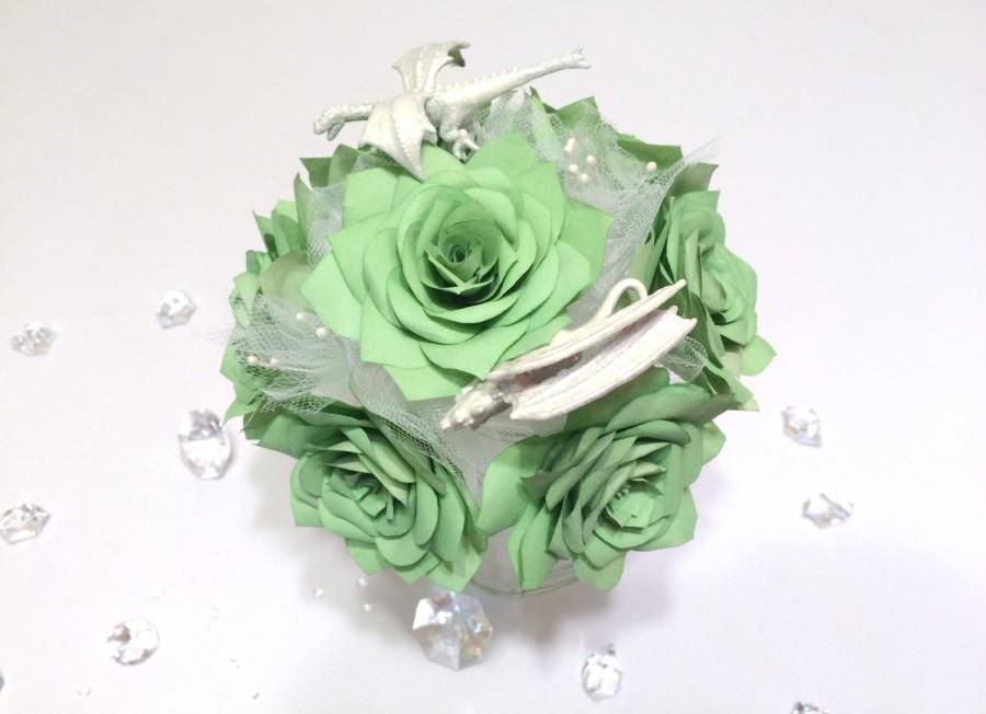 Mariage - Dragon bouquet using green paper roses - White dragon bouquet - Dungeuns and Dragons themed paper flower bouquets - Fantasy themed bouquet