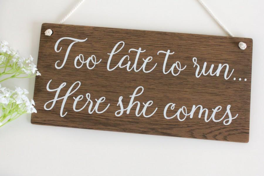 Mariage - Too late to run, Here she comes Wooden Wedding Sign Page Boy Sign Rustic Wooden Wedding Signs,  Wedding Decor, Boho Wedding