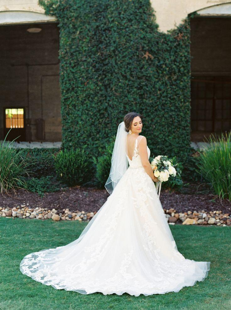 Boda - How One Bride Styled Her 12 Bridesmaids To Perfecton