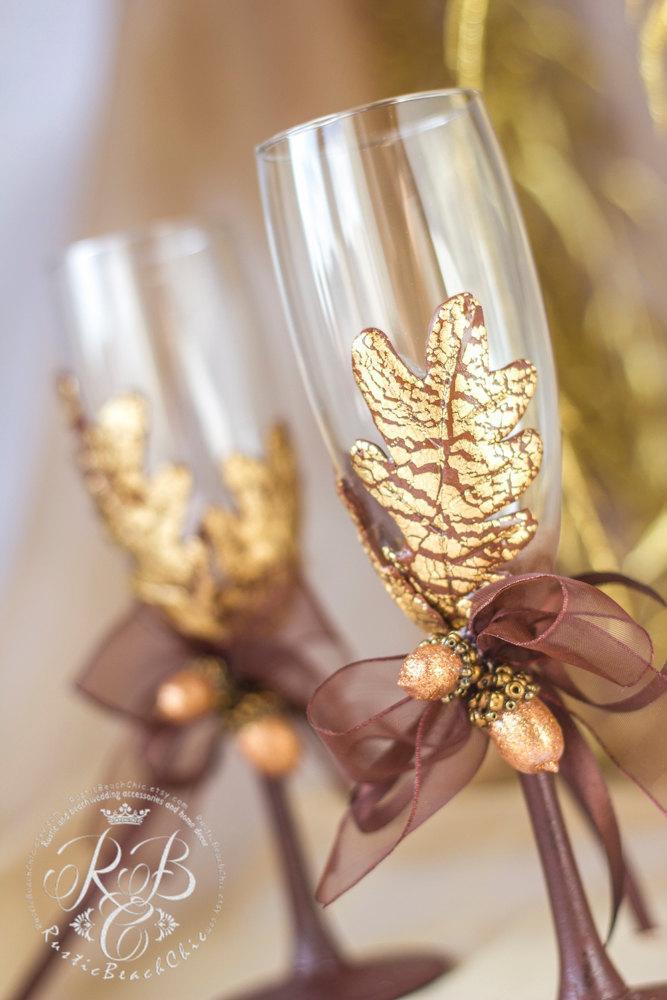 Свадьба - Fall wedding toasting flutes autumn leaf, bride and groom, oak leaf, autumn wedding ,personalized glasses, pumpkin wedding, chocolate, 2pcs