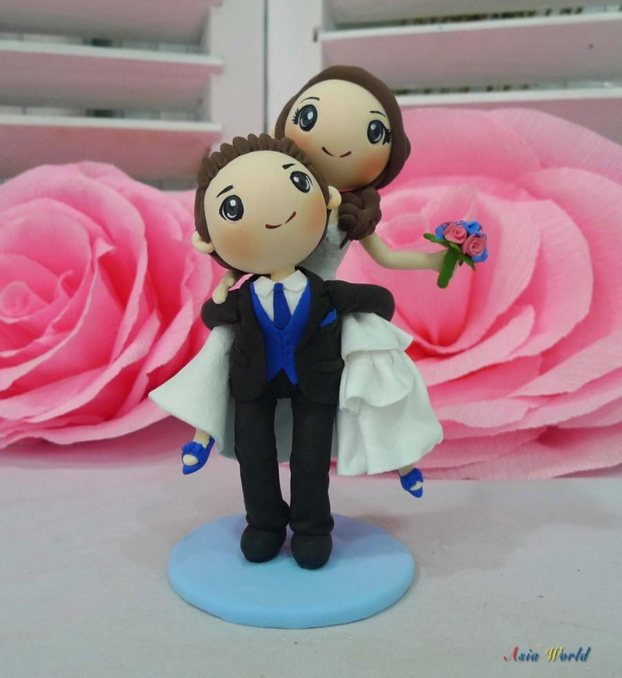 Mariage - Groom carry his bride on back wedding cake topper clay doll, wedding clay couple in blue theme, engagement clay miniature, clay figurine