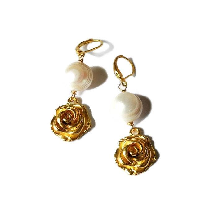 Mariage - Golden earrings with freshwater pearl and rose. Pearl earrings. Flower earrings. Bridal earrings. Bridesmaid earrings. Long earrings. SY#01