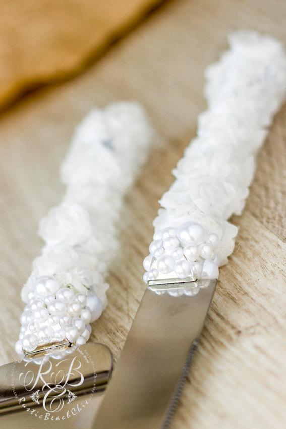 Свадьба - White wedding cake server and knife, barn wedding, rustic wedding ideas, country rustic wedding, lace and pearls, rustic wedding set, 2pcs