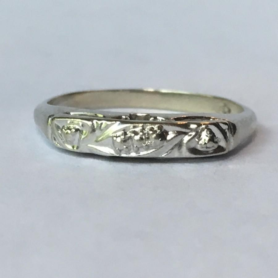 Свадьба - Vintage White Gold Wedding Band. Art Deco 14K Gold. Gold Stacking Band. Estate Jewelry. Circa 1920. Size 7 and Sizable. 14K Gold Ring.