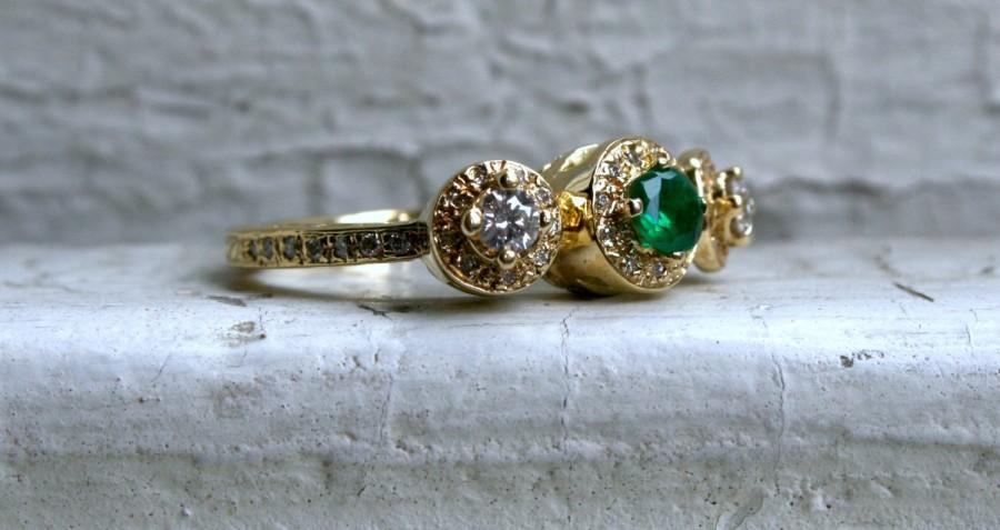 زفاف - Beautiful Vintage 18K Yellow Gold Emerald And Diamond Halo Ring - 1.05ct.