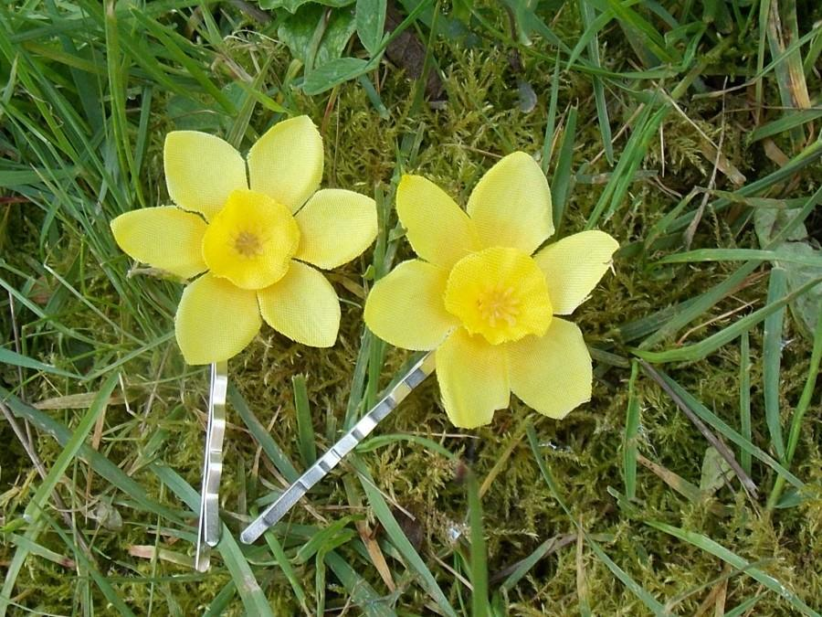 Hochzeit - Daffodil Hair Pins, Daffodil Bobby Pins, Flower Hair Accessories, Flower Bobby Pins, Spring Wedding, Yellow Flowergirl Accessories, D07