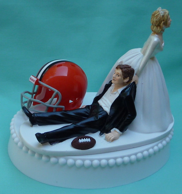 Mariage - Wedding Cake Topper Cleveland Browns Football Themed w/ Bridal Garter Unique Funny Bride and Groom Sports Fan Fun Humorous Original Top