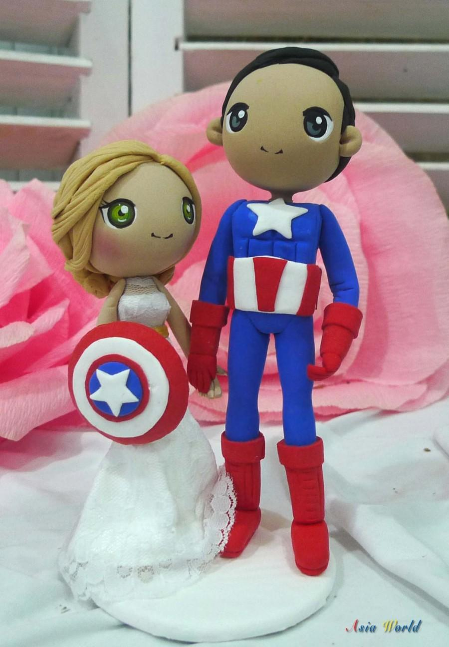 Mariage - Wedding cake topper Captain America wedding clay doll, bride hold Shield clay figurine, engagement clay miniature, ring holder clay couple