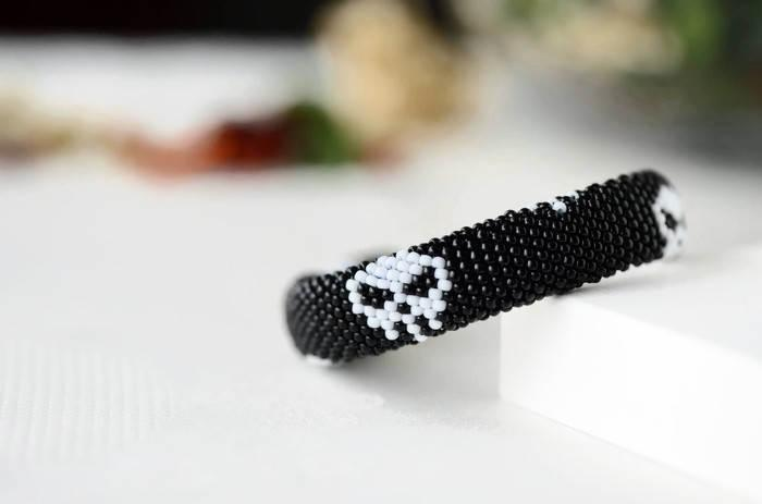 "Düğün - Beaded bracelet ""Skull"" - Bead crochet bracelet, Skull, Black White, Skeleton, Rock, Pirate, Halloween, Day of the dead, Handmade, Gift"