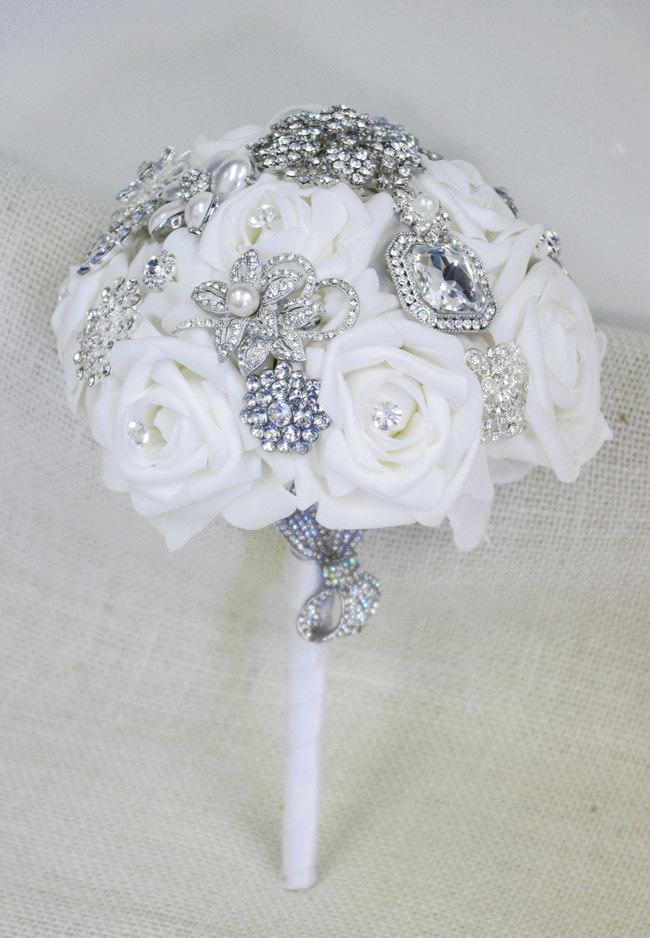 Свадьба - Spectacular Silk Brooch Wedding Bouquet - White Roses and Brooch Jewel Bride Bouquet - Rhinestones