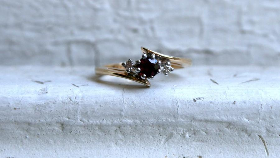 Hochzeit - Vintage 14K Yellow Gold Ruby and Diamond Engagement Ring.