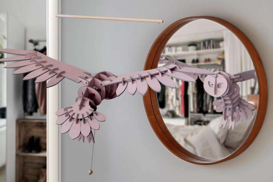 Свадьба - Lovely OWL mobile in wood hand painted in old pink with grey slices wings flying inspiration for girl or baby decoration suspension modern