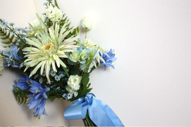 Mariage - Blue Wildflower Silk Bouquet with Gerber Daisies, Summer Wedding, Spring Wedding, Outdoor Garden Wedding, Green, White, Bluebells