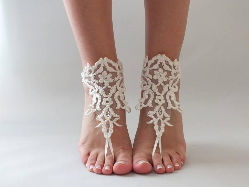 Mariage - ivory lace barefoot sandals, FREE SHIP, beach wedding barefoot sandals, bridal accessory, lace shoes, bridesmaid gift, beach shoes - $27.90 USD