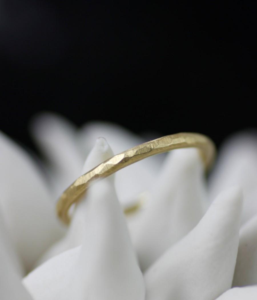 زفاف - skinny wedding band, thin 18K gold hand faceted simple wedding band for him or her, hammered style wedding ring, handmade,  recycled metal