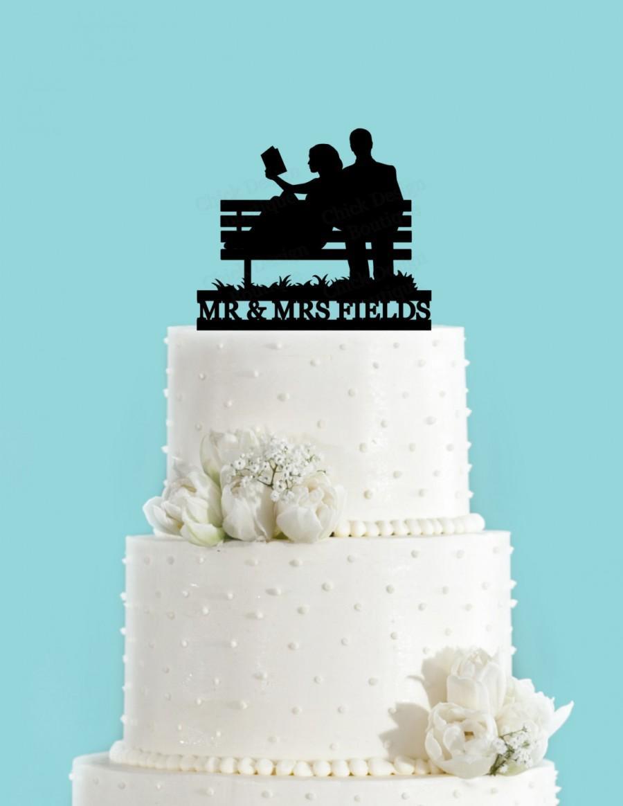 Mariage - Custom Couple Reading on Park Bench Bride and Groom Wedding Acrylic Wedding Cake Topper